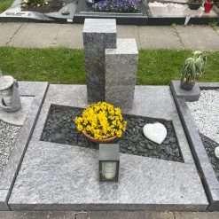 Urnengrabanlage mit stehendem Stein